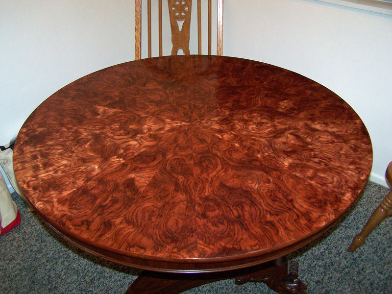 Veneer table in curly bubinga